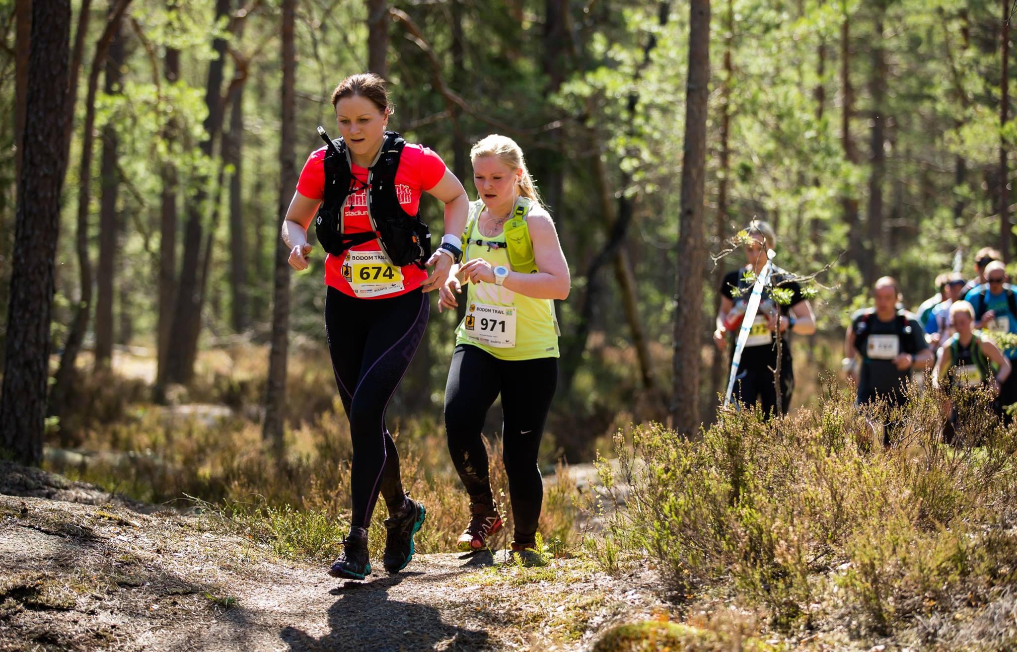 Marjo Snellman pitää vauhtia 21km:n sarjassa Hynkänlammen rantapolulla. Kuva: Poppis Suomela