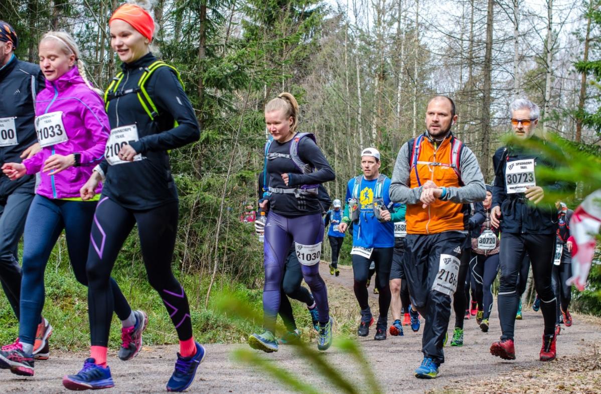 30 km ja 21 km juoksijoita lähdössä matkaan. Kuva: Tiiti Rossi